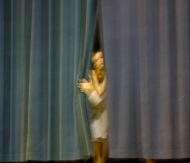 Vor dem Auftritt, Schauen durch den Theatervorhang